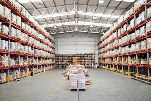 ������「Large shelves and racks in distribution warehouse」:スマホ壁紙(9)