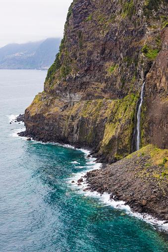 Porto Moniz「Portugal, Porto Moniz, Veu da Noiva waterfall splashing down coastal cliff of Madeira Island」:スマホ壁紙(13)