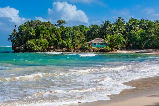 Cuba「A small blue house on a sunny desert beach in Cuba」:スマホ壁紙(18)