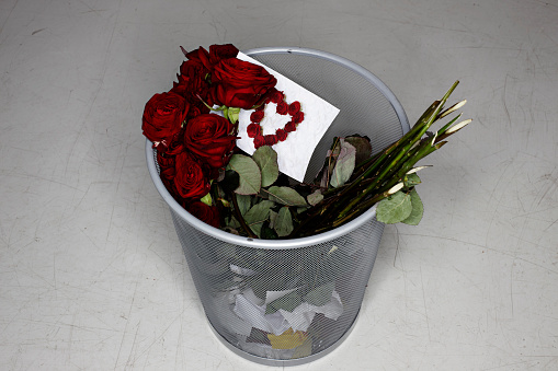 Disappointment「Disposed rose bouquet and valentine card」:スマホ壁紙(18)