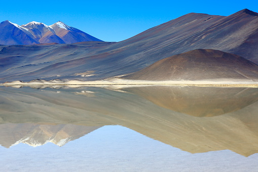 Bolivian Andes「Salar de Talar and snowcapped Volcano - Turquoise lake mirrored reflection and Piedras rojas (red stones)  at sunrise, Idyllic Atacama Desert, Volcanic surreal landscape panorama – San Pedro de Atacama, Chile, Bolívia and Argentina border」:スマホ壁紙(14)