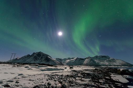 月「オーロラ北極ライト北部のノルウェーの夜空に」:スマホ壁紙(10)