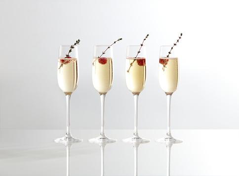 Drinking「Champagne glasses with raspberries」:スマホ壁紙(9)