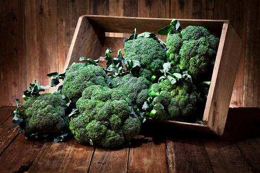 Broccoli「Broccoli in a crate on rustic wood table」:スマホ壁紙(12)