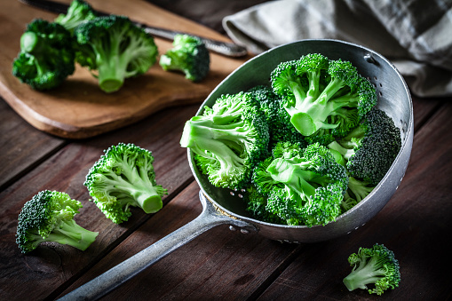 Broccoli「Broccoli in an old metal colander」:スマホ壁紙(1)