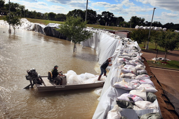 Levee「Army Corps Opens Spillway In Louisiana To Ease Flooding」:写真・画像(1)[壁紙.com]