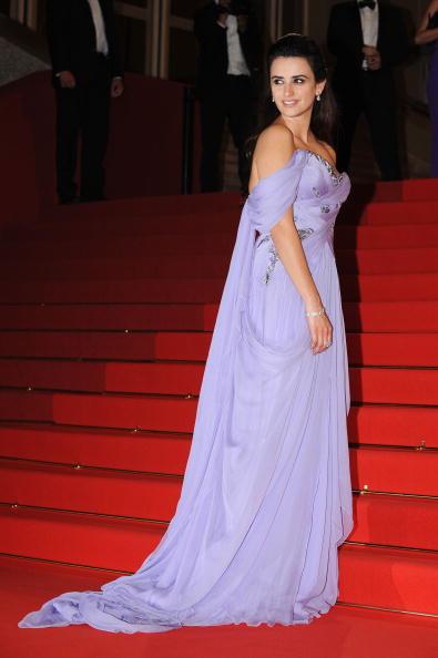 アシメトリードレス「Broken Embraces Premiere - 2009 Cannes Film Festival」:写真・画像(3)[壁紙.com]