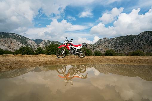 Motorcycle「Dirt bike parked by the lake」:スマホ壁紙(1)