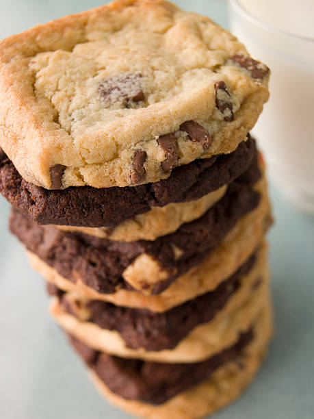 Stack Of Milk And Dark Chocolate Chip Cookies:スマホ壁紙(壁紙.com)