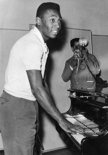 Sports Activity「Pele Plays Piano」:写真・画像(1)[壁紙.com]