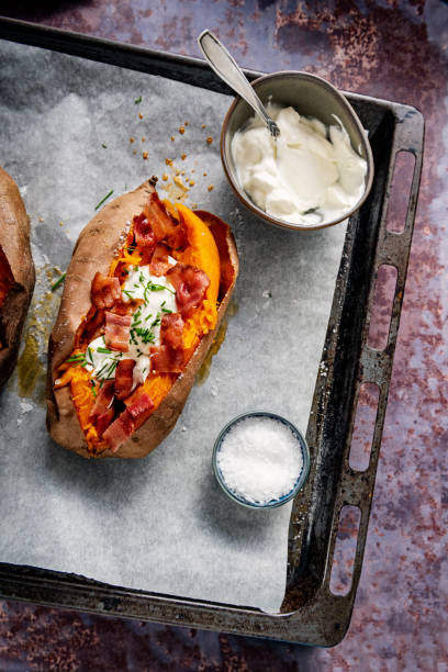 Baked sweet potato with sour cream, chives and bacon.:スマホ壁紙(壁紙.com)