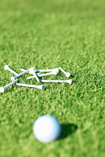 Putting - Golf「Golfball and golf tees on green grass」:スマホ壁紙(17)