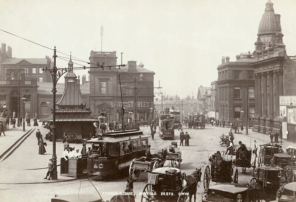 スクエア「Horse-Drawn Taxis And Electric Trams On Fitzalan Square」:写真・画像(8)[壁紙.com]