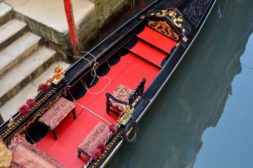 Gondola「Seats in Gondola by wharf, Venice, Italy」:スマホ壁紙(16)