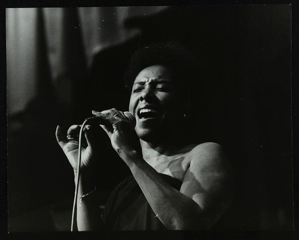 Effort「Singer Elaine Delmar performing at Berkhamsted Civic Centre, Hertfordshire, 1986. .」:写真・画像(3)[壁紙.com]