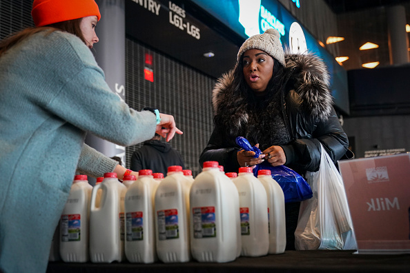 Furlough「New York City Food Bank Provides Food For Federal Workers Impacted By Government Shutdown」:写真・画像(19)[壁紙.com]