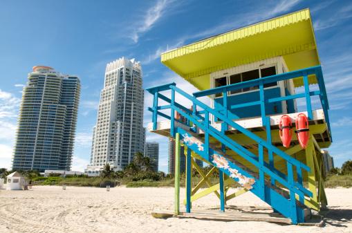 Miami Beach「明るい監視員のタワーの高層ビルビーチ」:スマホ壁紙(18)