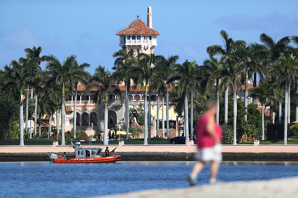 West Palm Beach「President Trump Spends Weekend At Mar-a-Lago With Japanese Prime Minister Shinzo Abe」:写真・画像(3)[壁紙.com]