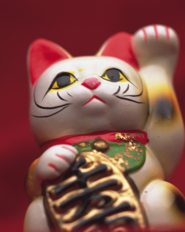 Good Luck Charm「Doll of cat with a beckoning paw, low angle view, red background, differential focus」:スマホ壁紙(12)