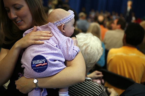 Support「Hillary Clinton Returns To Iowa To Campaign」:写真・画像(1)[壁紙.com]