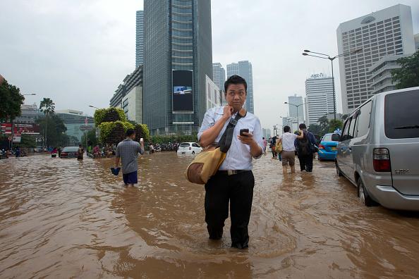 Jakarta「Jakarta Floods Displace Thousands」:写真・画像(2)[壁紙.com]