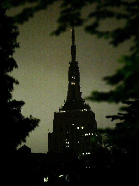 Empire State Building「Empire State Building Darkened In Remembrance Of Reagan」:写真・画像(1)[壁紙.com]