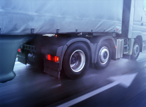 Low Section「Lorry driving on wet road, low section, close-up (blurred motion)」:スマホ壁紙(4)