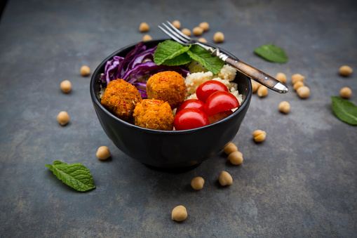 Falafel「Couscous sweet potato falafel bowl with red cabbage, tomato, mint and hummus」:スマホ壁紙(13)