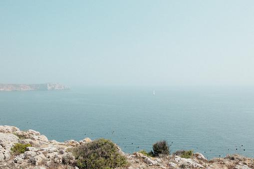 ビーチ「Edge of cliff with birds in the distance above the atlantic」:スマホ壁紙(16)