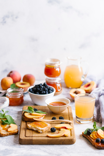 Mint Leaf - Culinary「Breakfast spread with blackberries, peaches, toast and apricot jam」:スマホ壁紙(5)