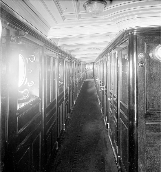 Ceiling「Long Wood Panelled Corridor On Steam Yacht Venetia」:写真・画像(15)[壁紙.com]