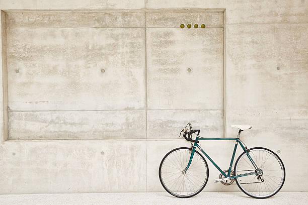 Bicycle at concrete wall:スマホ壁紙(壁紙.com)