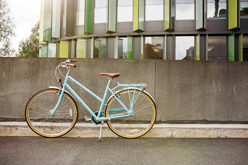 Old-fashioned「Bicycle at a wall in urban surrounding」:スマホ壁紙(1)
