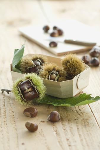 栗「Box with sweet chestnuts on wood」:スマホ壁紙(6)