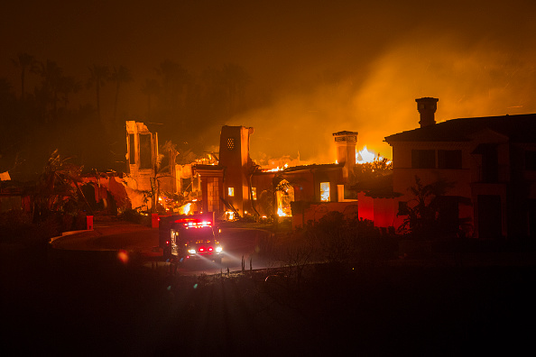 David McNew「Fast-Spreading Hill Fire Forces Evacuations In California's Ventura County」:写真・画像(12)[壁紙.com]