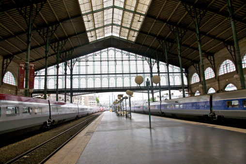 Waiting「Gare du Nord landmark train station, interior, looking toward the historic shed, Paris, France」:スマホ壁紙(17)