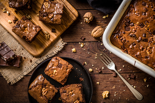 Crumb「Homemade chocolate brownie on a rustic wooden table」:スマホ壁紙(13)