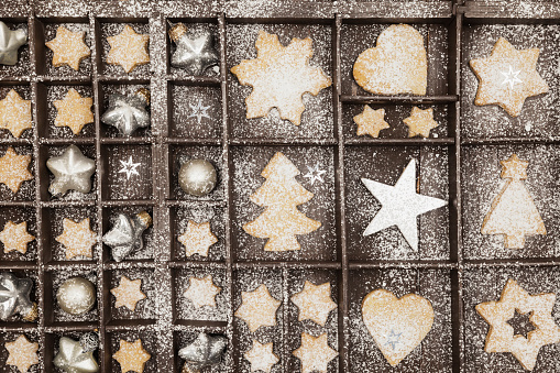 Biscuit「Homemade Christmas cookies, stars and Christmas baubles in old wooden typecase」:スマホ壁紙(13)