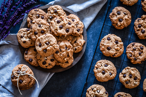 Recipe「Homemade chocolate chip cookies on dark kitchen table」:スマホ壁紙(11)