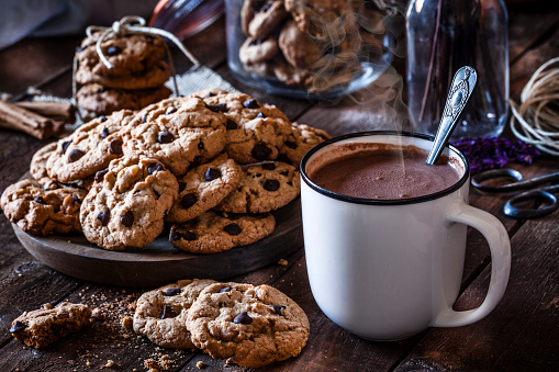 Sweet Food「Homemade chocolate chip cookies and hot chocolate mug」:スマホ壁紙(16)