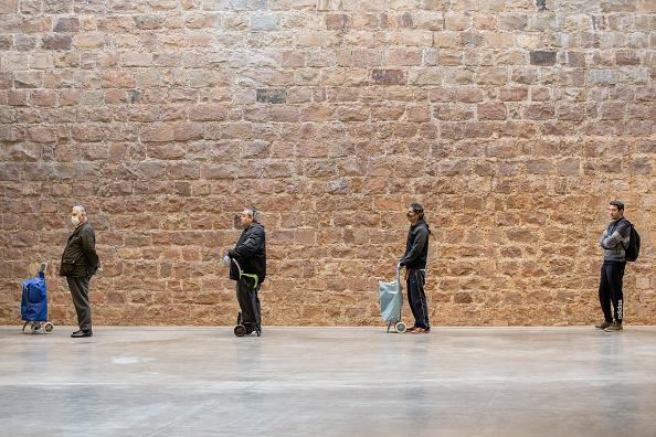 Social Distancing「Safe Space: Shoppers Practice Social Distancing In Barcelona」:写真・画像(12)[壁紙.com]
