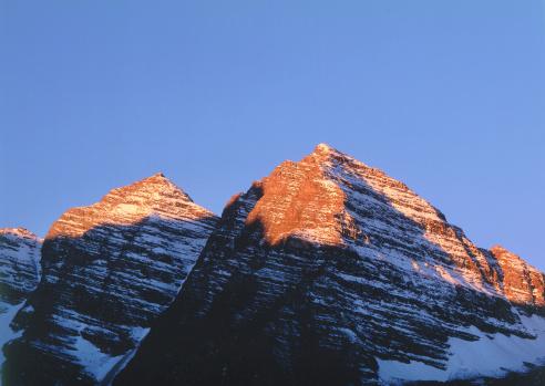 Uncompahgre National Forest「Shadow falls across snowy peaks of Maroon Bells. Maroon Bells, Maroon Bells-Snowmass Wilderness, Uncompahgre National Forest, Colorado.」:スマホ壁紙(11)