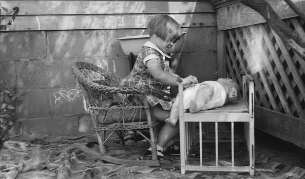 Rug「Child Playing With Doll」:写真・画像(0)[壁紙.com]