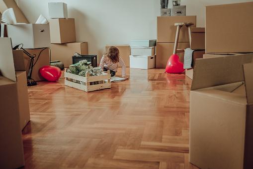赤ちゃん「新しい家で遊ぶ少女」:スマホ壁紙(8)