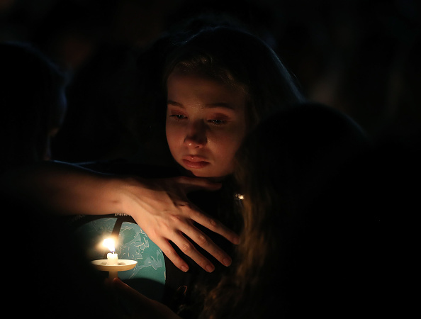 Memorial Vigil「Florida Town Of Parkland In Mourning, After Shooting At Marjory Stoneman Douglas High School Kills 17」:写真・画像(6)[壁紙.com]