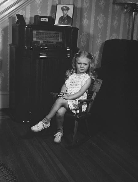 Wallpaper - Decor「Girl Sitting By Cabinet Radio」:写真・画像(14)[壁紙.com]