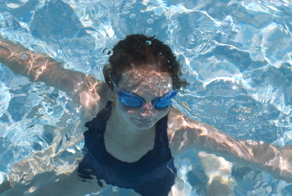Swimming「Girl Swims With Goggles」:写真・画像(18)[壁紙.com]