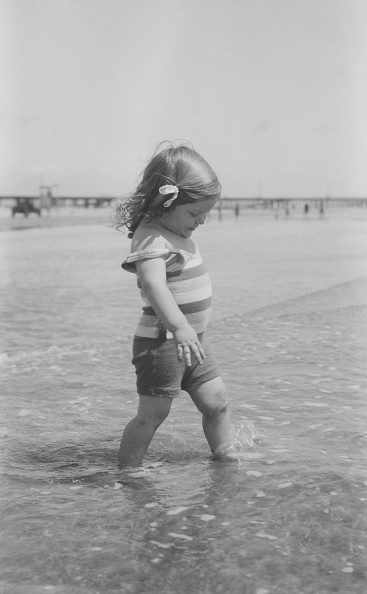 Shallow「Young Girl Paddling In Sea」:写真・画像(7)[壁紙.com]
