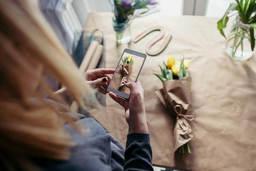 チューリップ「若い女の子は、チューリップの花束」:スマホ壁紙(8)