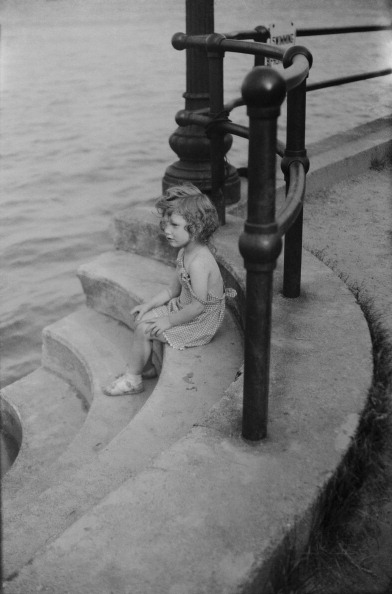 Cast Iron「Young Girl On Stone Steps」:写真・画像(8)[壁紙.com]